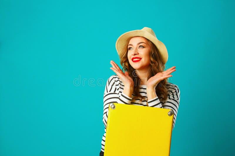 Porträt der jungen schönen blonden Frau im Hut, der oben über b schaut lizenzfreies stockfoto