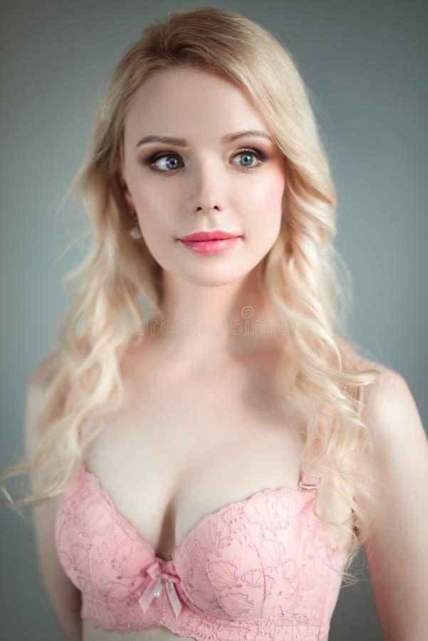 Porträt der jungen schönen blonden sexy Frau, die einen BH trägt Schließen Sie herauf überarbeitetes Porträt stockbild