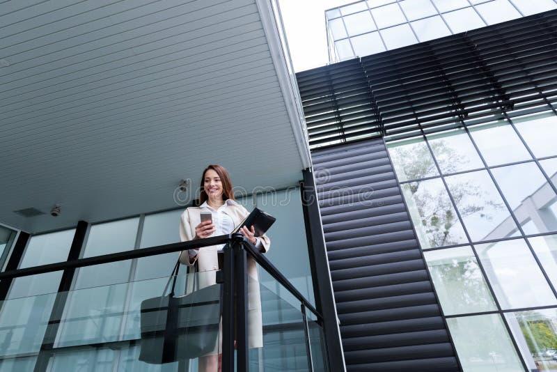 Porträt der jungen schönen Geschäftsfrau, die zum Büro geht stockfotos