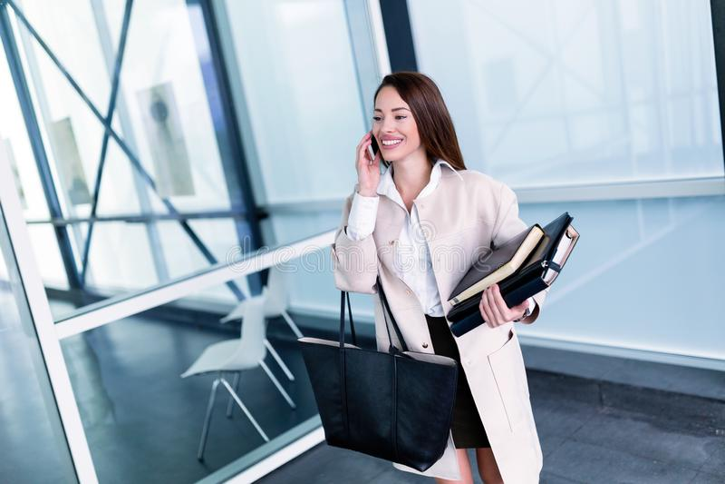 Porträt der jungen schönen Geschäftsfrau, die zum Büro geht stockfoto