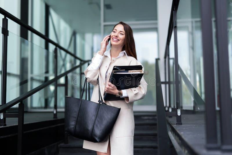 Porträt der jungen schönen Geschäftsfrau, die zum Büro geht lizenzfreies stockfoto