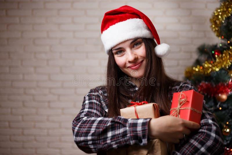 Porträt der jungen schönen glücklichen Frau in Sankt-Kappe mit severa lizenzfreie stockbilder