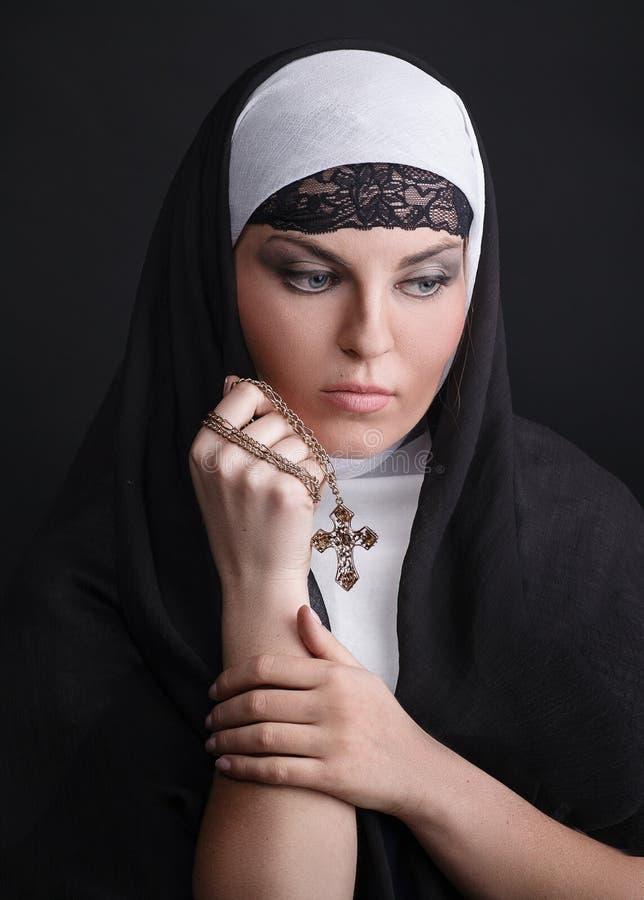 Porträt der jungen schönen Nonne stockbilder