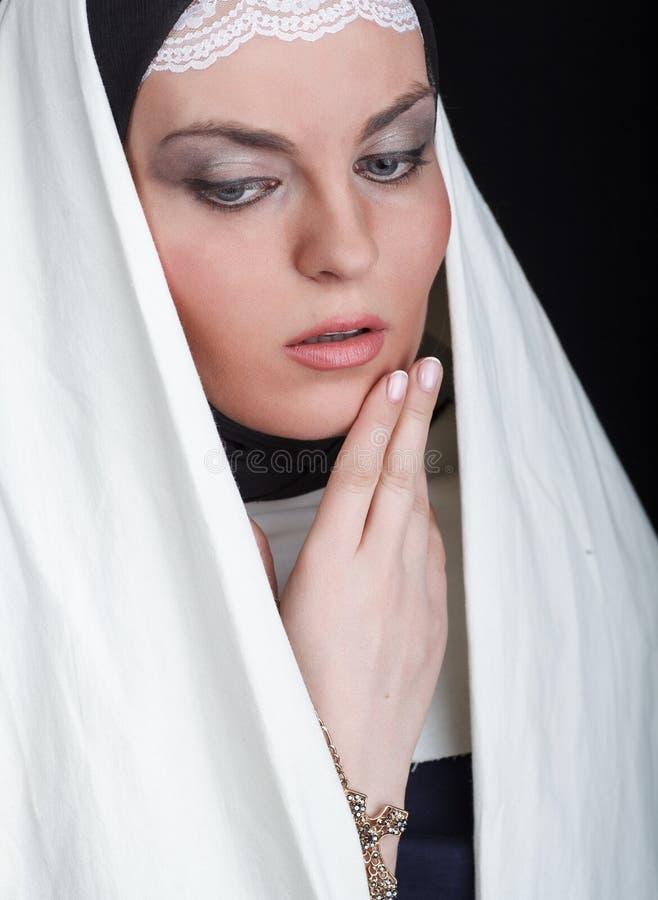 Porträt der jungen schönen Nonne lizenzfreie stockfotos