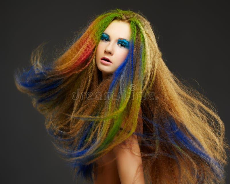 Langhaarige gelockte Redheadfrau stockfotografie