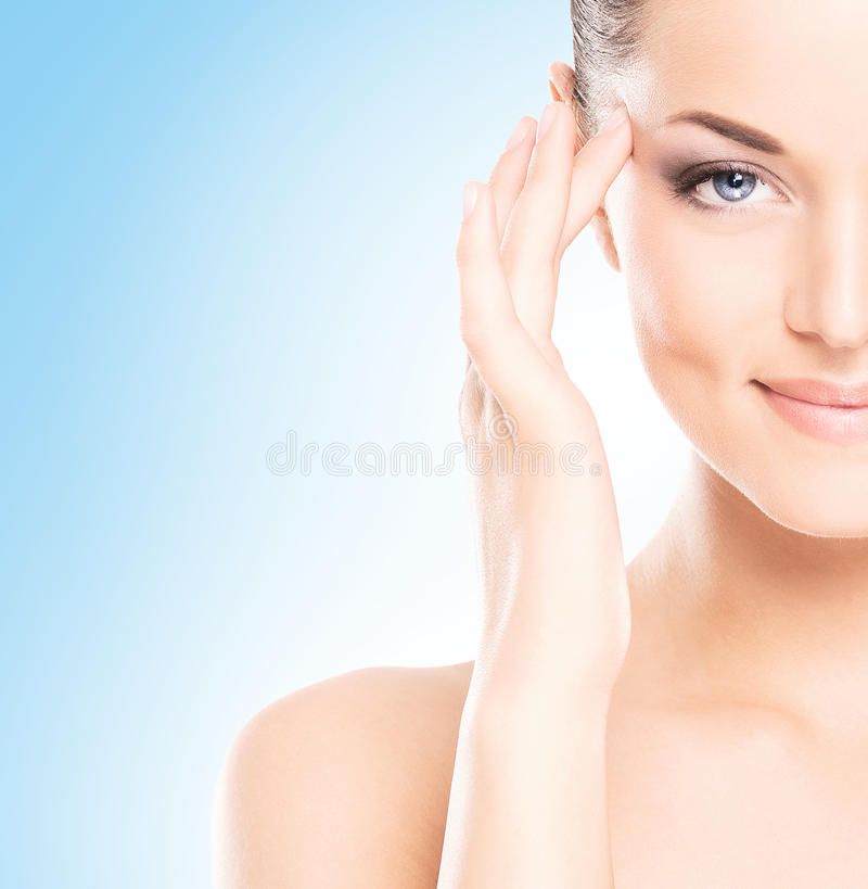 Porträt der jungen, schönen und gesunden Frau: über blauem Hintergrund lizenzfreies stockbild