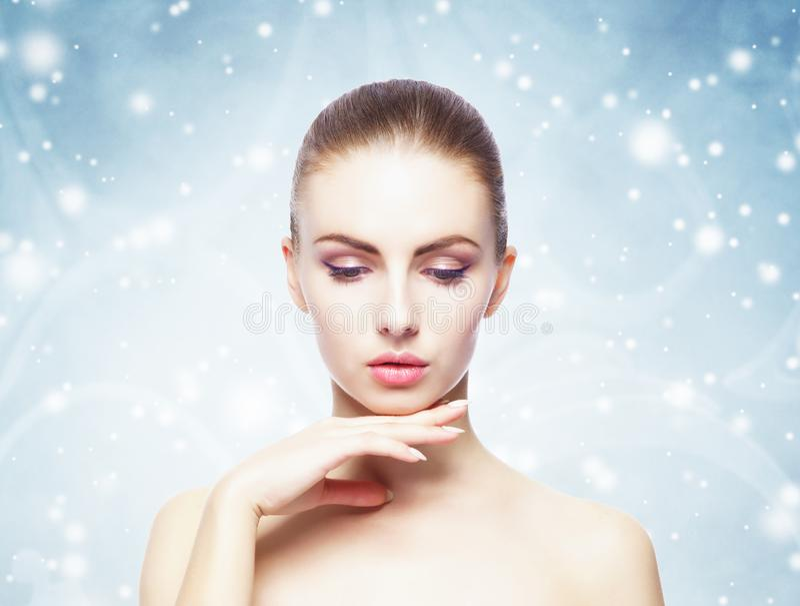 Porträt der jungen, schönen und gesunden Frau über Winter Weihnachtshintergrund lizenzfreie stockfotos