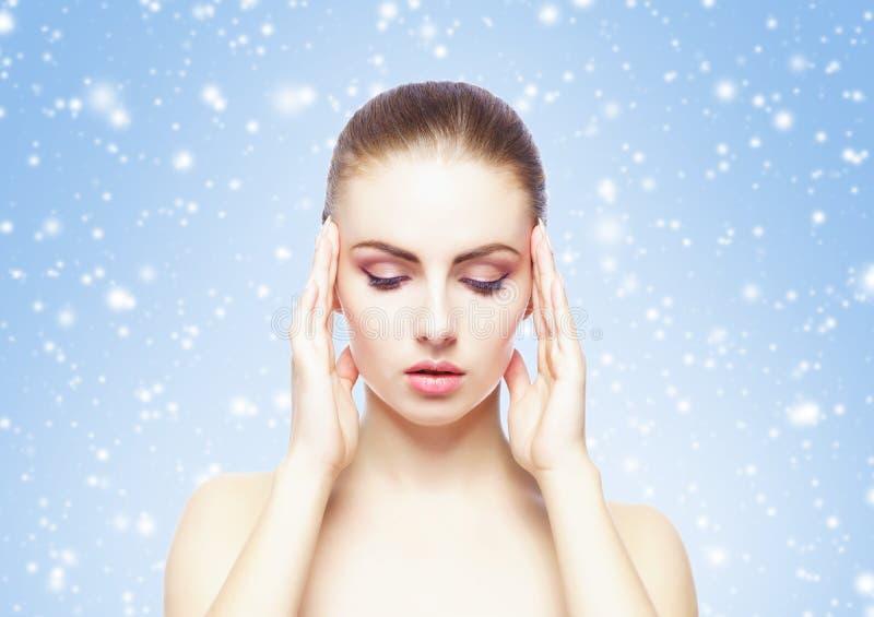 Porträt der jungen, schönen und gesunden Frau: über Winterhintergrund Gesundheitswesen-, Badekurort-, Make-up und Face lifting-Ko stockbilder