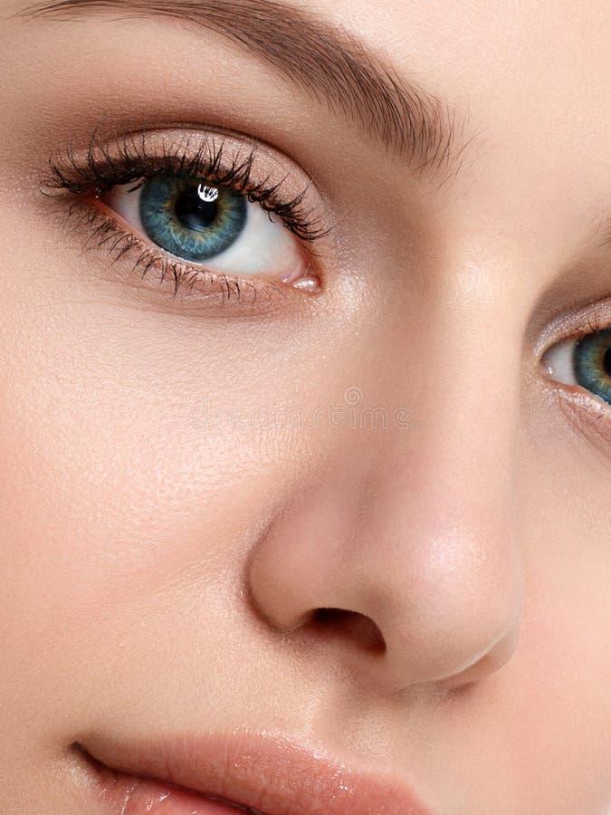 Porträt der jungen Schönheit ihr Gesicht berührend lizenzfreie stockfotos