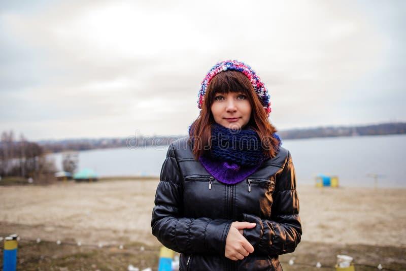 Porträt der jungen Schönheit im Freien - stehend auf Küste stockfotografie