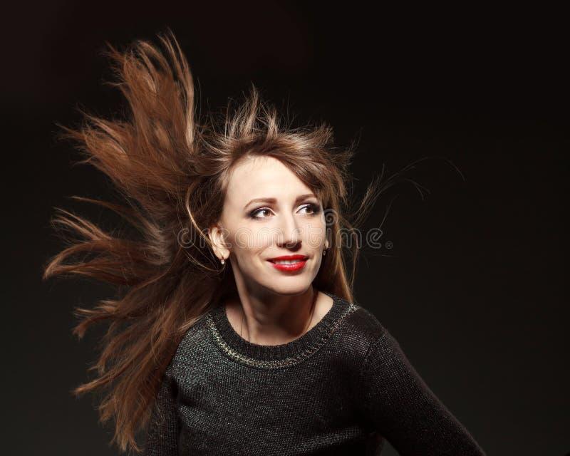 Porträt der jungen Schönheit mit dem Fliegen des langen Haares lizenzfreie stockbilder