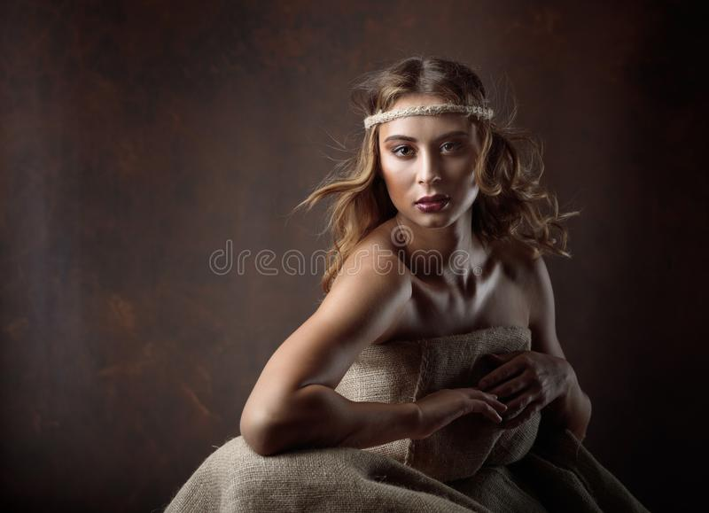 Porträt der jungen Schönheit mit dem gelockten Haar und perfektem MA stockbild
