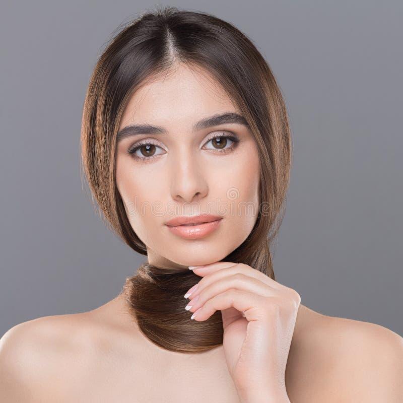 Porträt der jungen Schönheit mit dem gesunden Haar lizenzfreies stockfoto