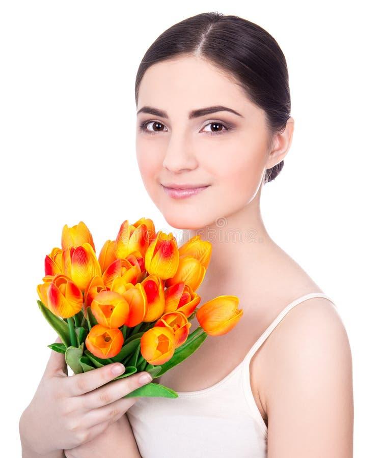 Porträt der jungen Schönheit mit den Tulpen lokalisiert auf Weiß stockfoto