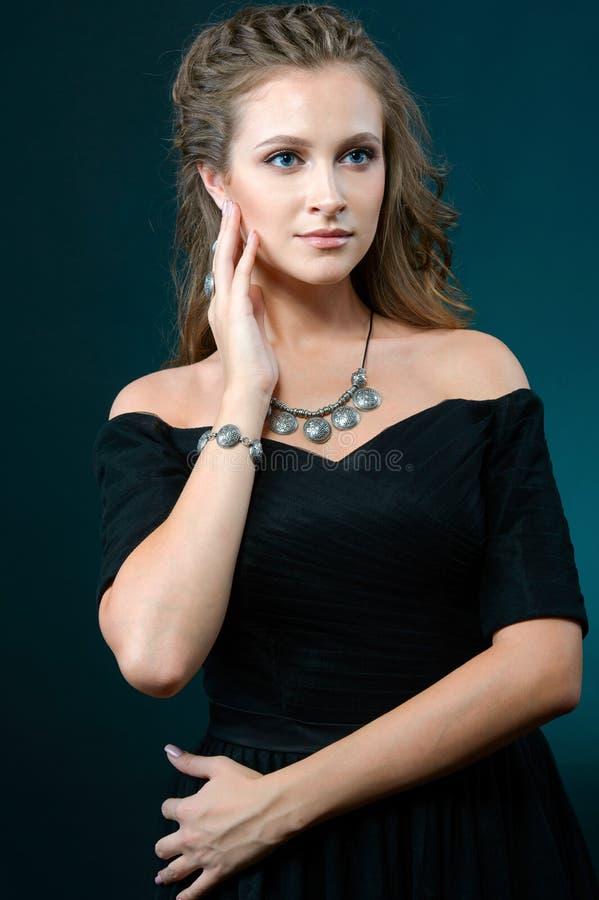 Porträt der jungen Schönheit mit Luxusschmuck stockbild