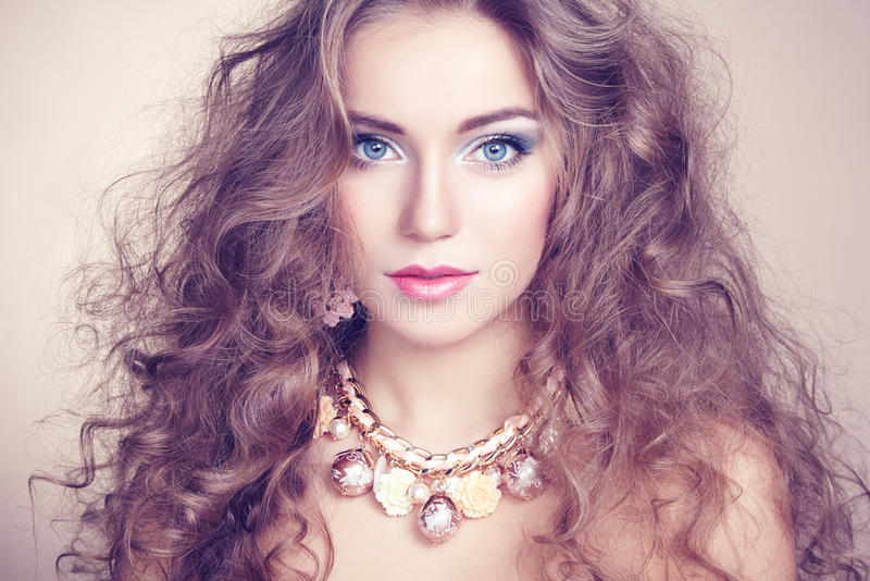 Porträt der jungen Schönheit mit Schmuck stockfotos