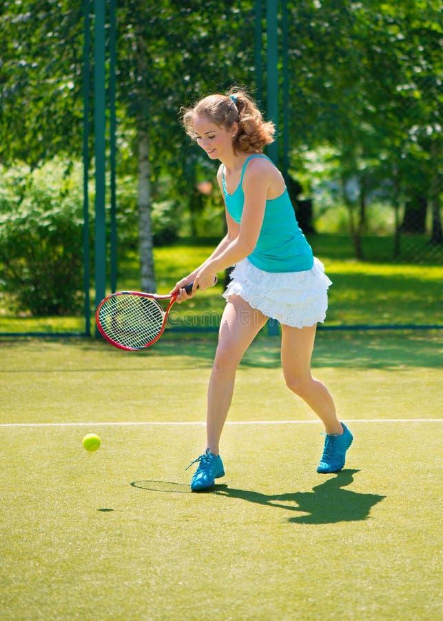 Porträt der jungen Schönheit Tennis spielend stockfotos