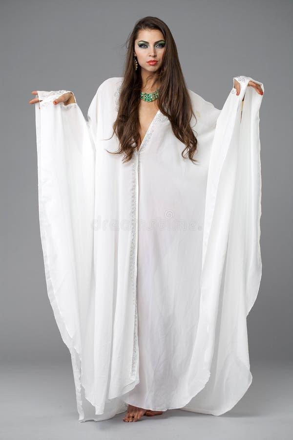 Porträt der jungen sexy Frau auf ein weißes Kittel Arabisch lizenzfreie stockfotos