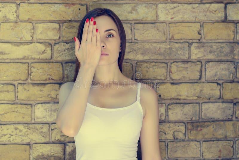 Porträt der jungen traurigen unglücklichen ernsten Frau in weißen T-Shirt Clo lizenzfreie stockbilder