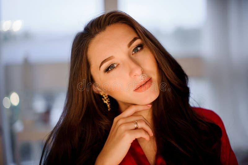 Porträt der jungen und attraktiven braunhaarigen Frau stockfoto