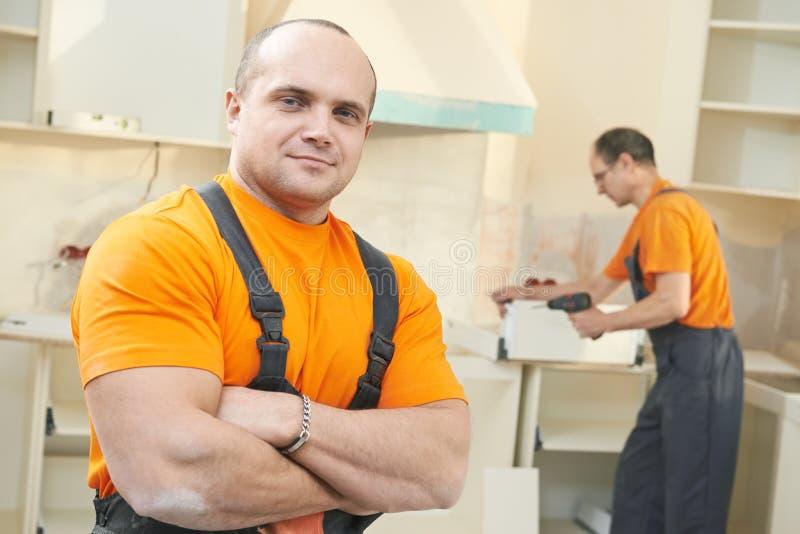 Porträt der Kücheninstallationsarbeitskraft stockfotos