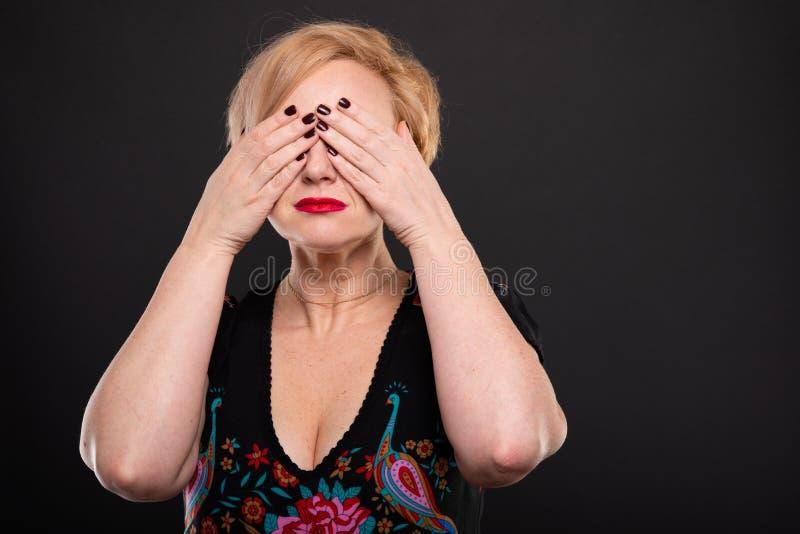 Porträt der kühlen modernen Frau, die Bedeckung aufwirft, mustert stockfotos
