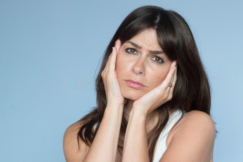 Porträt der kaukasischen jungen Frau mit dem langen Haar schmerzliches Expres stockbilder