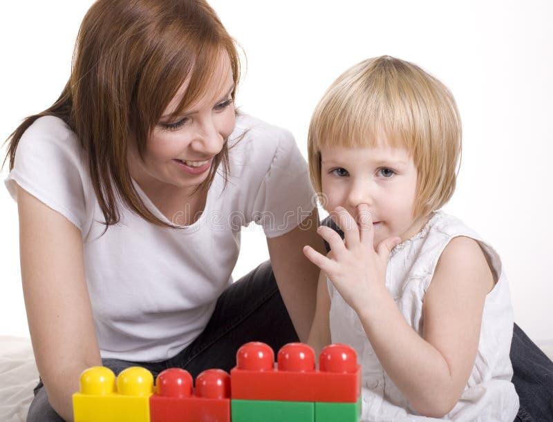 Porträt der kleinen netten Mädchenmalerei und -c$spielens, lokalisiert auf weißem Hintergrund stockfotografie