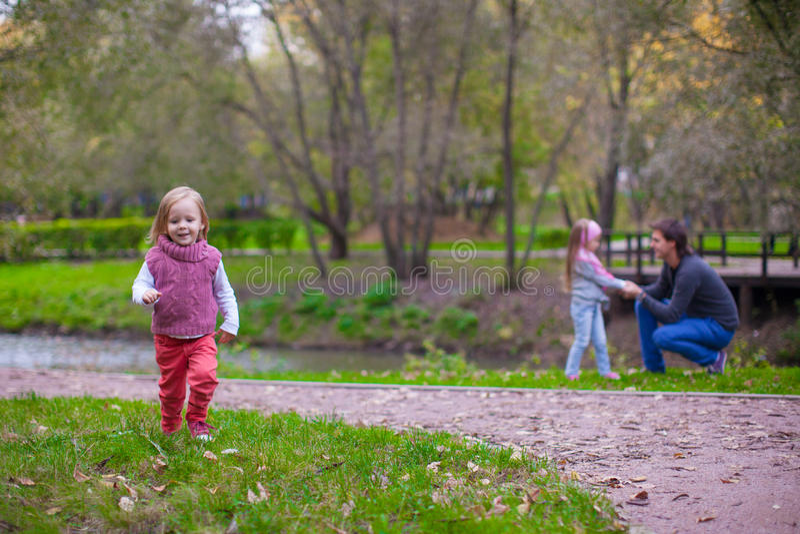 Porträt der kleiner netter Mädchennahaufnahme und -sie lizenzfreies stockbild