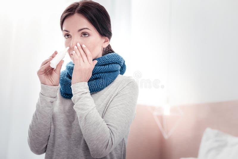 Porträt der kranken Frau ihre Nase tropfend stockbild