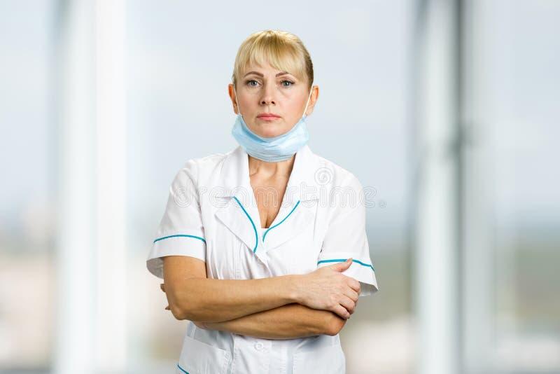 Porträt der Krankenschwester mit medizinischer Maske lizenzfreies stockbild