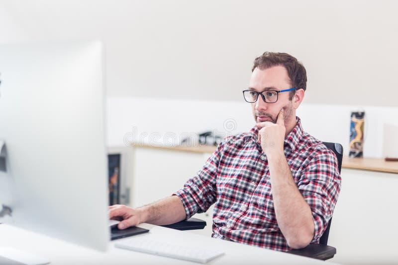 Porträt der kreativen Funktion des Grafikdesigners des Hippies auf seinem Computer lizenzfreie stockfotografie