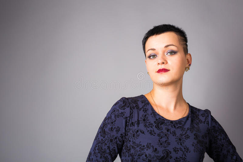 Porträt der kurzhaarigen Frau im blauen Kleid lizenzfreie stockfotos