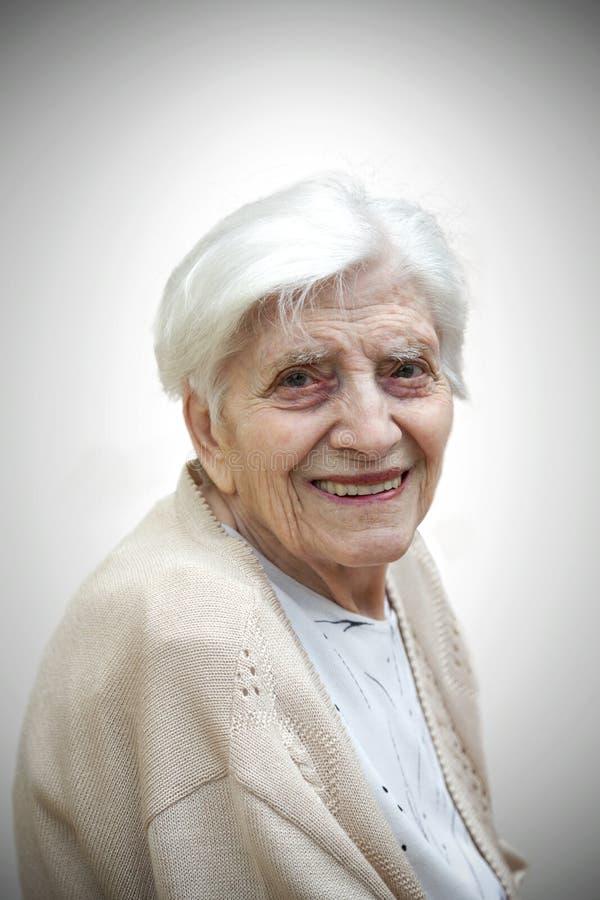 Porträt der lächelnden älteren Frau stockfotografie