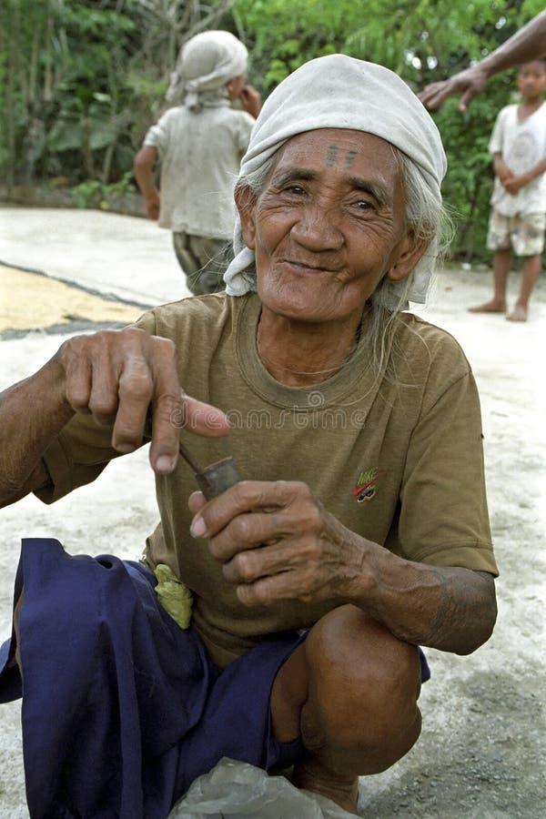 Porträt der lächelnden älteren philippinischen Frau stockbilder
