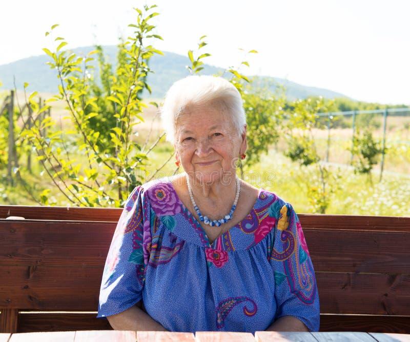 Porträt der lächelnden alten Frau lizenzfreies stockfoto