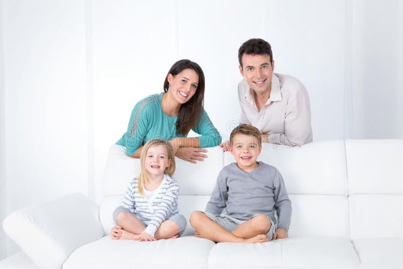 Porträt der lächelnden Familie lizenzfreies stockbild