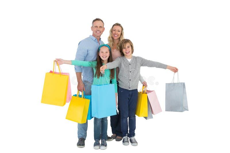 Porträt der lächelnden Familie mit Einkaufstasche stockbilder