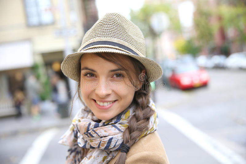 Porträt der lächelnden Frau in den Straßen von New York lizenzfreies stockfoto