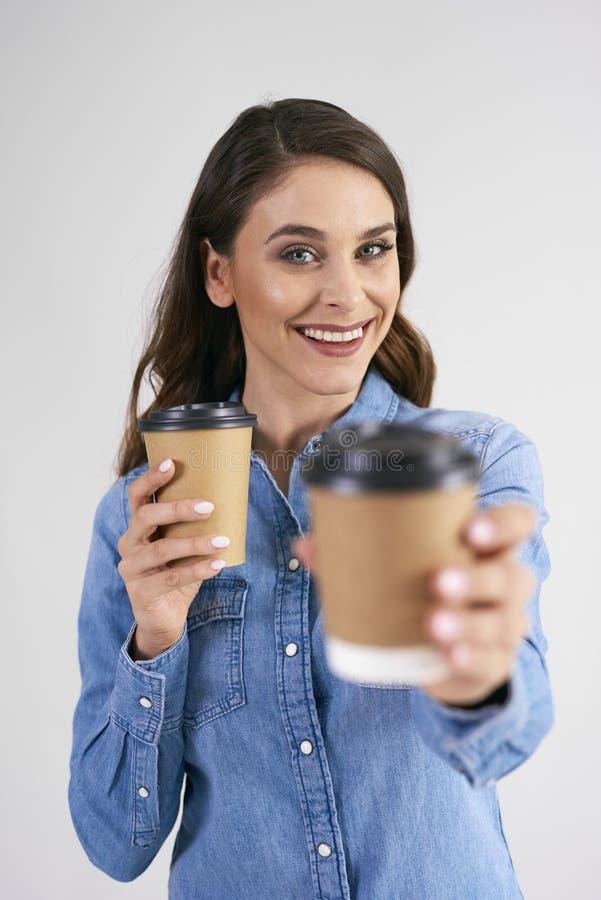 Porträt der lächelnden Frau Wegwerftasse kaffee halten lizenzfreie stockfotografie