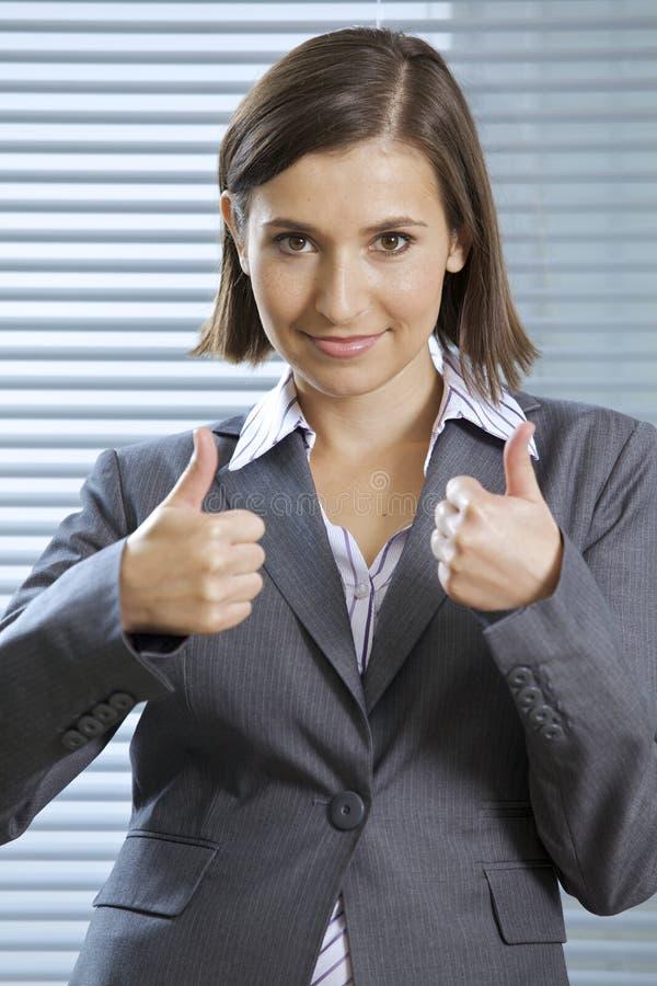 Porträt der lächelnden Geschäftsfrau Daumen zeigend stockbild