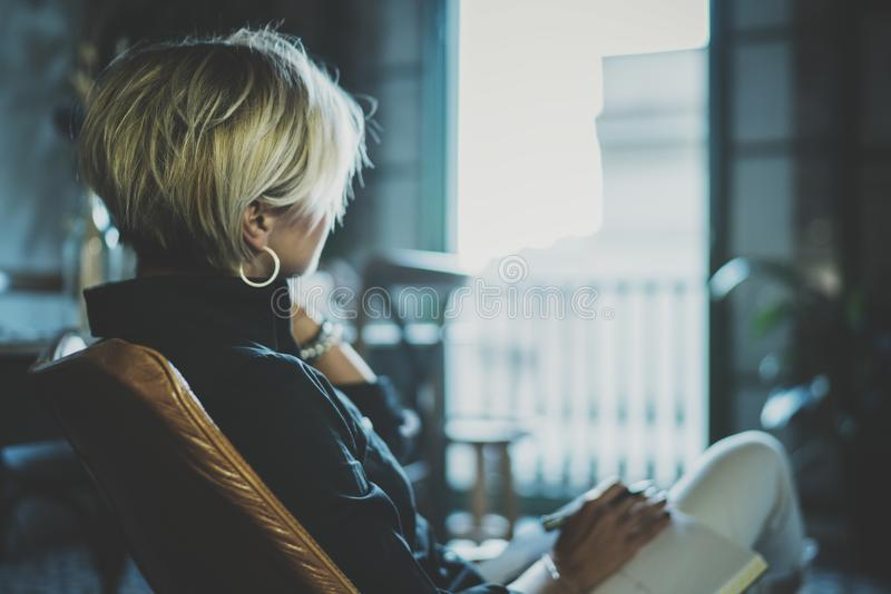 Porträt der lächelnden Geschäftsfrau sprechend mit Partner auf Smartphonegerät beim in der Dienstreise entfernt arbeiten lizenzfreies stockbild
