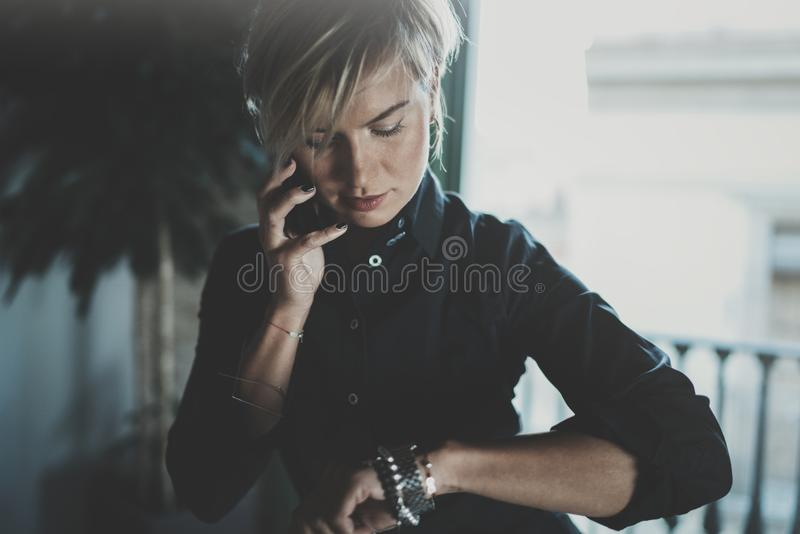 Porträt der lächelnden Geschäftsfrau sprechend mit Partner auf Smartphonegerät beim in der Dienstreise entfernt arbeiten lizenzfreie stockfotografie