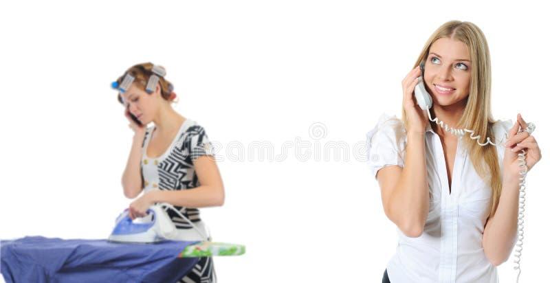 Porträt der lächelnden Geschäftsfrau-Telefonunterhaltung lizenzfreies stockbild