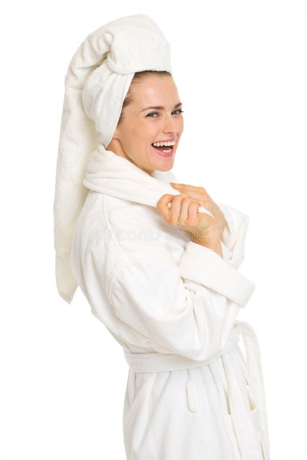 Porträt der lächelnden jungen Frau im Bademantel lizenzfreies stockfoto