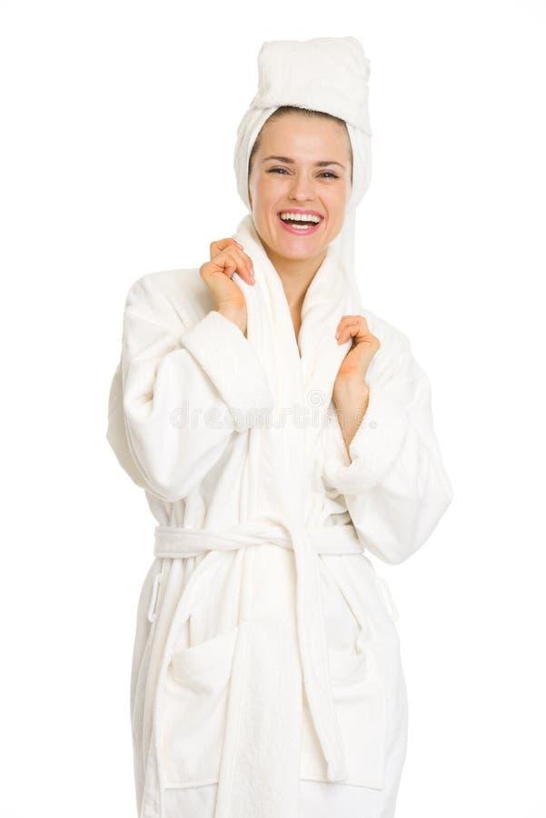 Porträt der lächelnden jungen Frau im Bademantel stockfotos