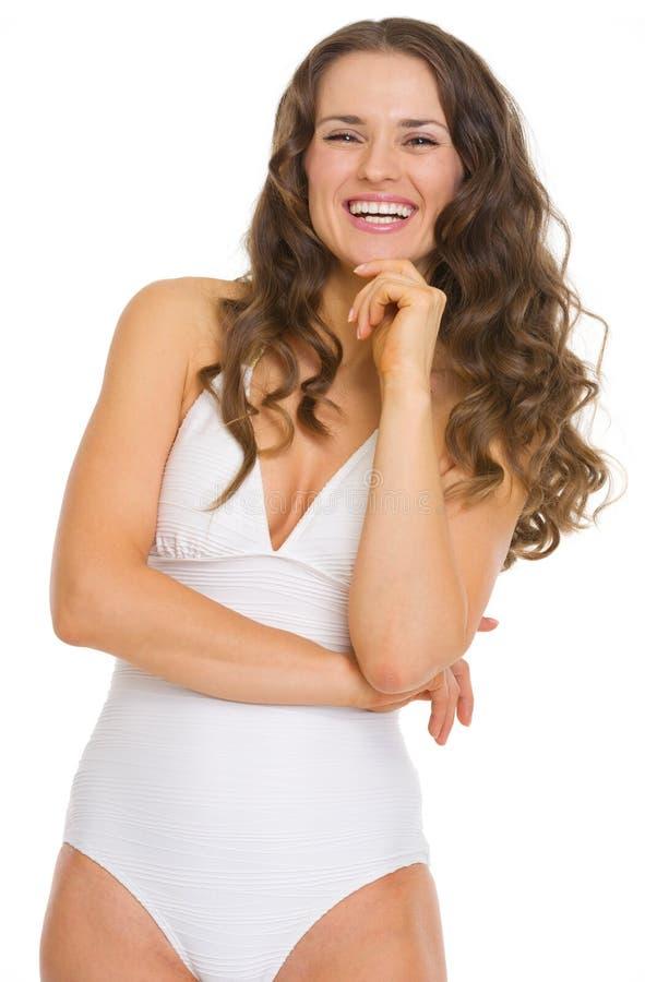 Porträt der lächelnden jungen Frau im weißen Bademantel lizenzfreies stockbild
