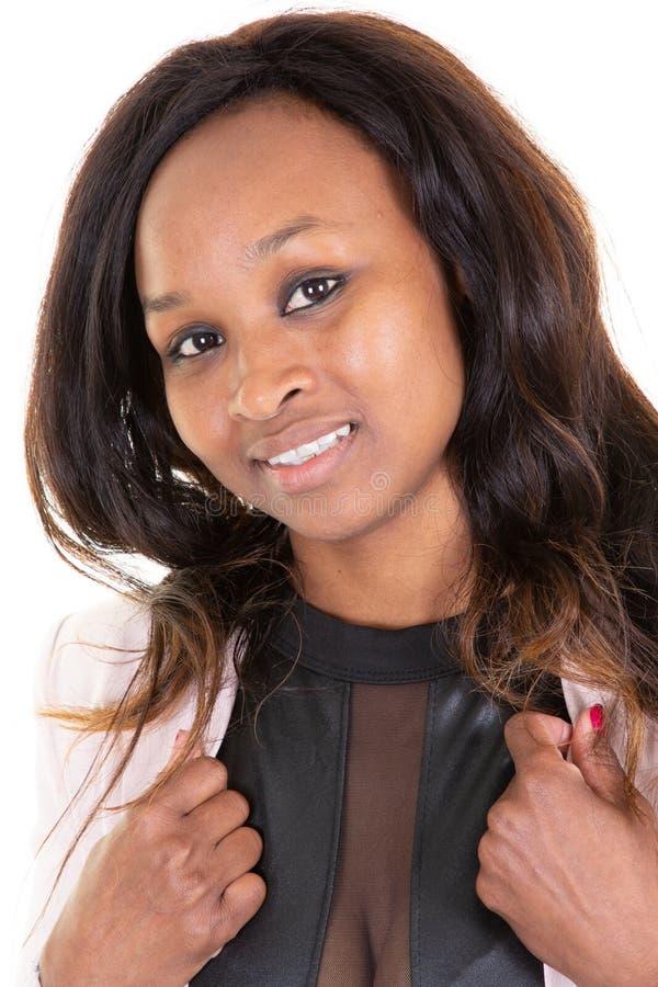 Porträt der lächelnden jungen schwarzen Frau in der Anzug-Rosajacke vom Afroamerikanerursprung stockbild