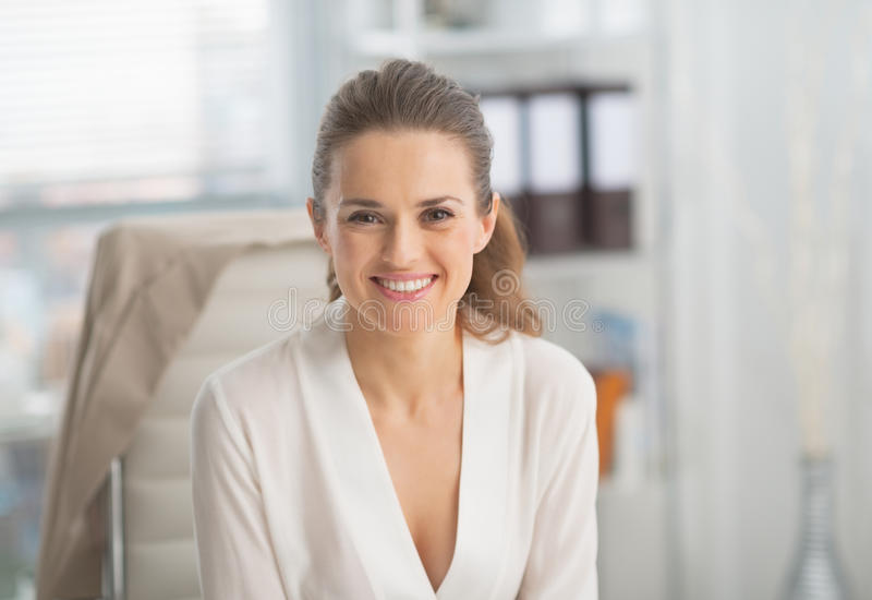 Porträt der lächelnden modernen Geschäftsfrau lizenzfreies stockbild