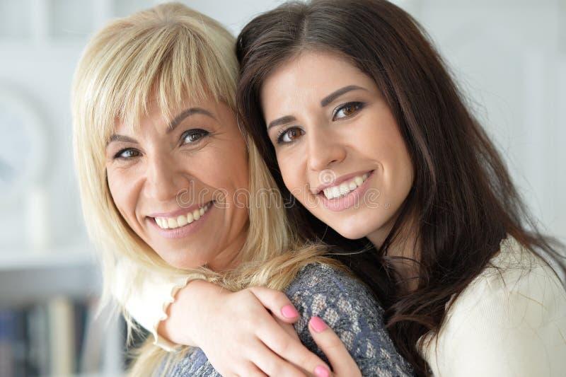 Porträt der lächelnden Mutter und der Tochter stockfoto